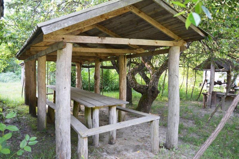 Alcova bonita, mandril de madeira, pavilhão, caramanchão, casa de verão, casa do jardim no jardim rural imagem de stock
