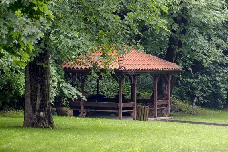 Alcova e bancos grandes no parque Rila no dia chuvoso perto da cidade Dupnitsa imagens de stock