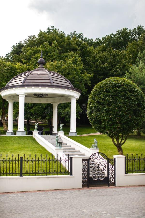 Alcova redonda branca do pavilhão no parque imagem de stock