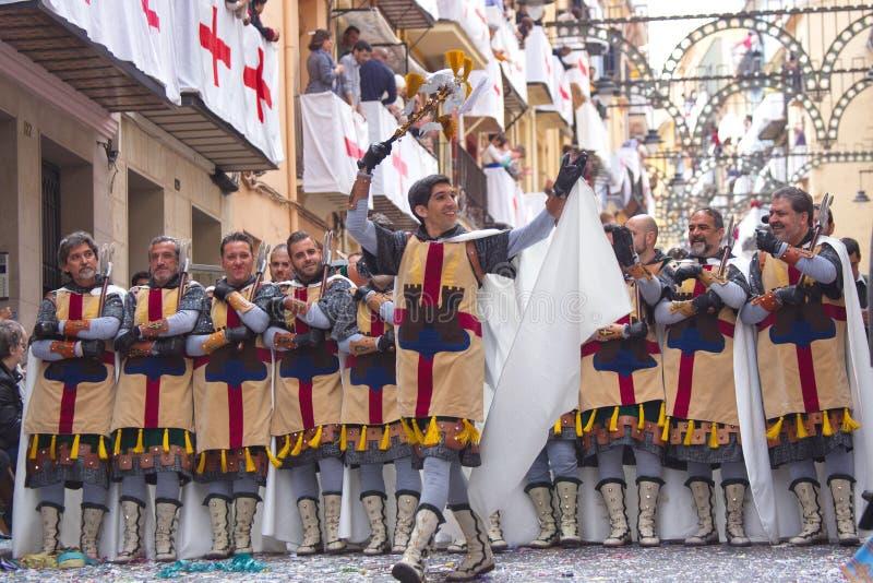 Alcoy, Spagna - 22 aprile 2016: Uomini vestiti come legione cristiana m. fotografie stock libere da diritti