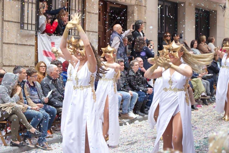 Alcoy Spanien - April 22, 2016: Folk som kläs som kristen legio royaltyfri bild