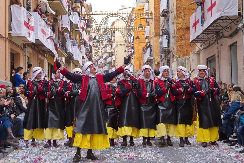 Alcoy Spanien - April 22, 2016: Folk som kläs som kristen legio fotografering för bildbyråer