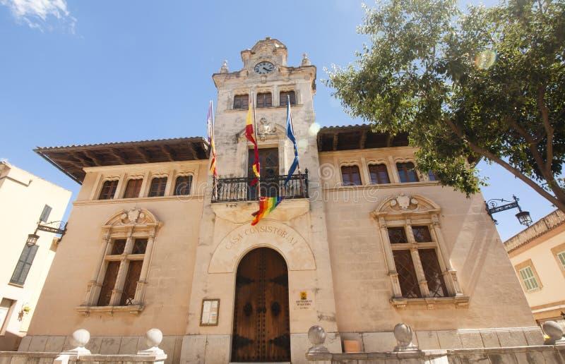 Alcudia城镇厅位于老镇 Alcudia,马略卡,西班牙28 06 2017年 免版税库存图片