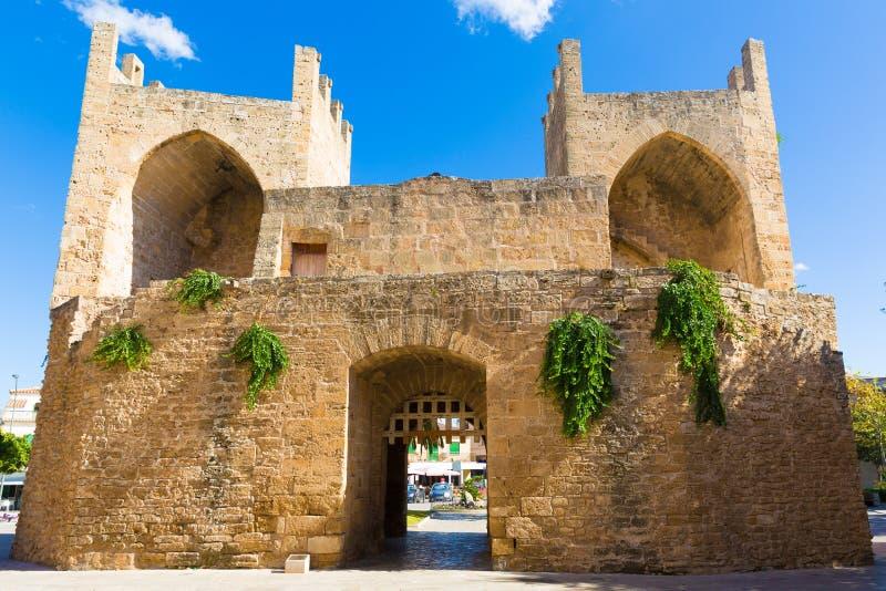 Alcudia老镇在马略卡波尔塔des女人马略卡拜雷阿尔斯isl 库存照片