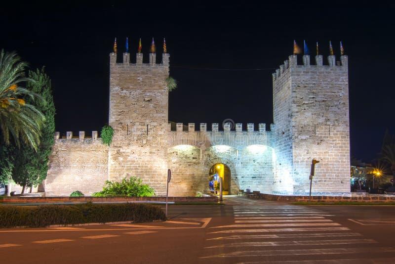 Alcudia老镇墙壁在晚上,马略卡,巴利阿里群岛,西班牙 免版税库存图片