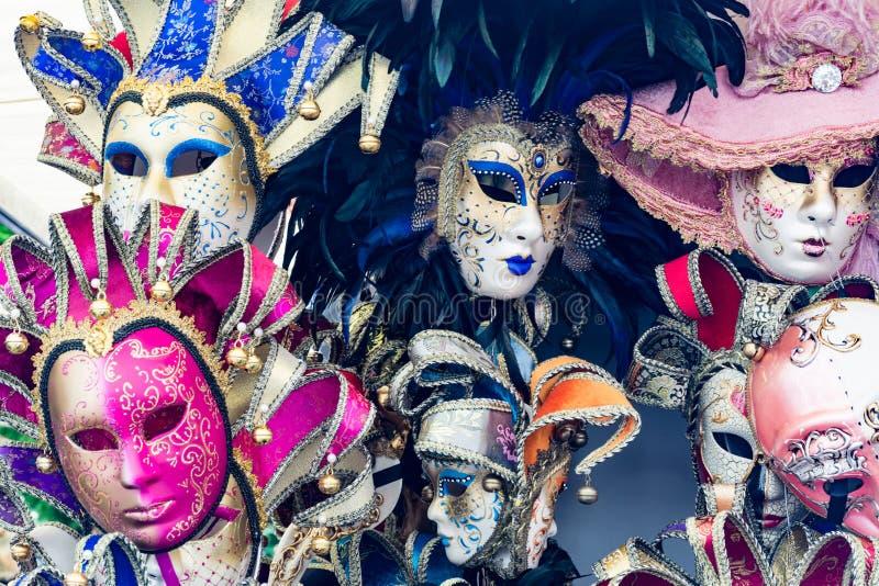 Alcune maschere variopinte per il carnevale di Venezia per i turisti fotografie stock