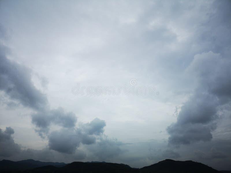 Alcune nuvole sta galleggiando dalla montagna immagini stock