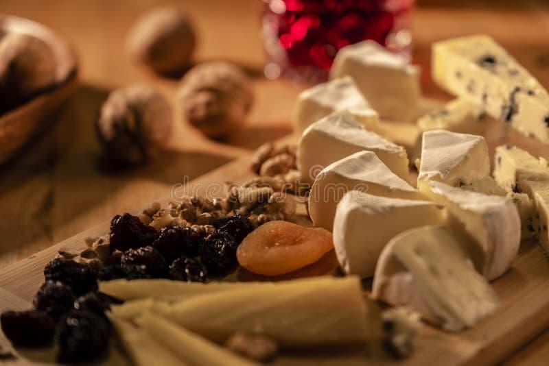 Alcuni generi di formaggi con i dadi ed albicocche ed uva passa al fotografia stock libera da diritti