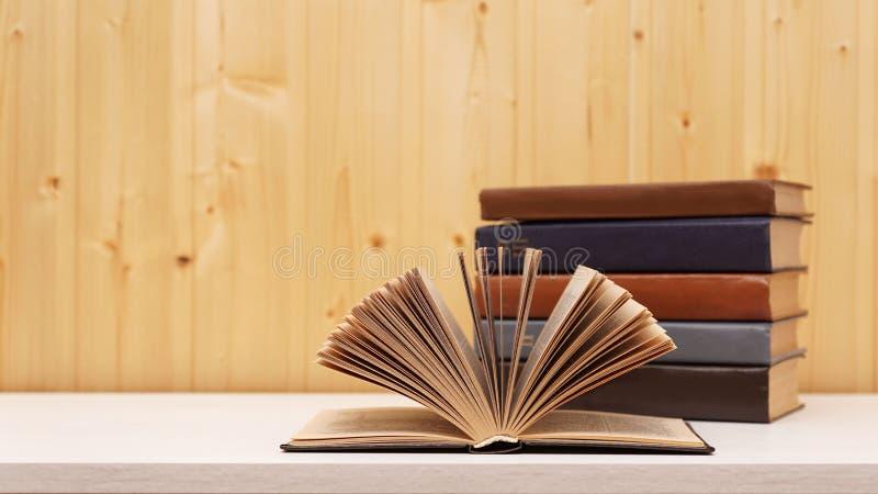 Alcuni libri immagine stock