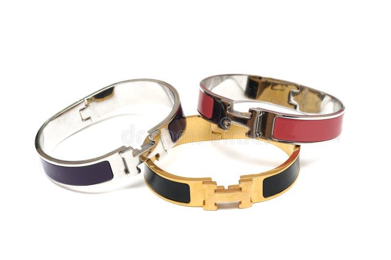 Alcuni metal i braccialetti dei braccialetti fotografia stock libera da diritti