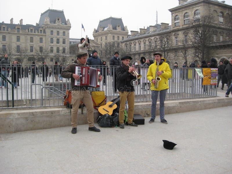 Alcuni musicisti che eseguono fuori del Notre-Dame de Paris di Cathédrale, Parigi fotografia stock
