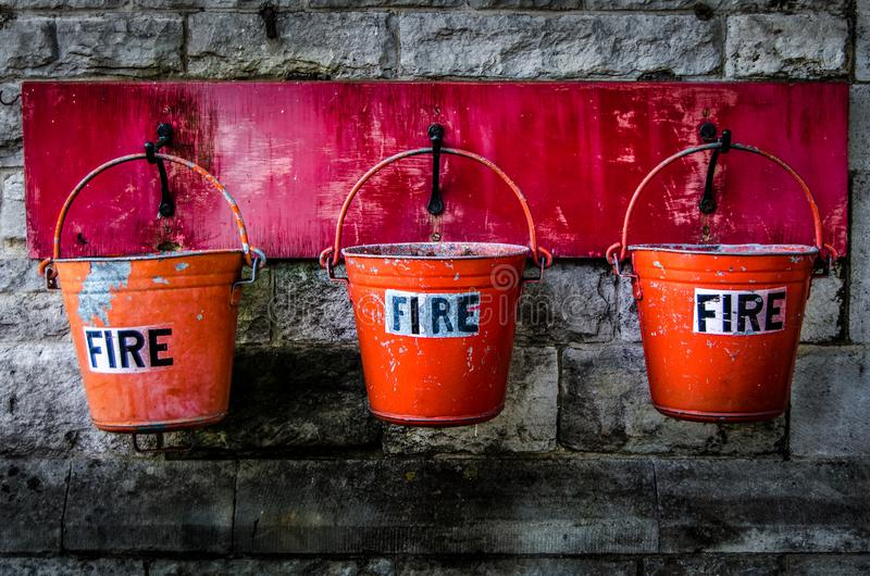 Alcuni realmente vecchi secchi di fuoco hanno trovato in una stazione ferroviaria fotografia stock