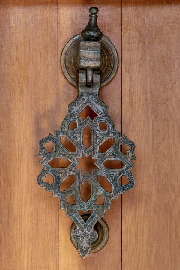 Aldaba del metal en una puerta de madera fotografía de archivo