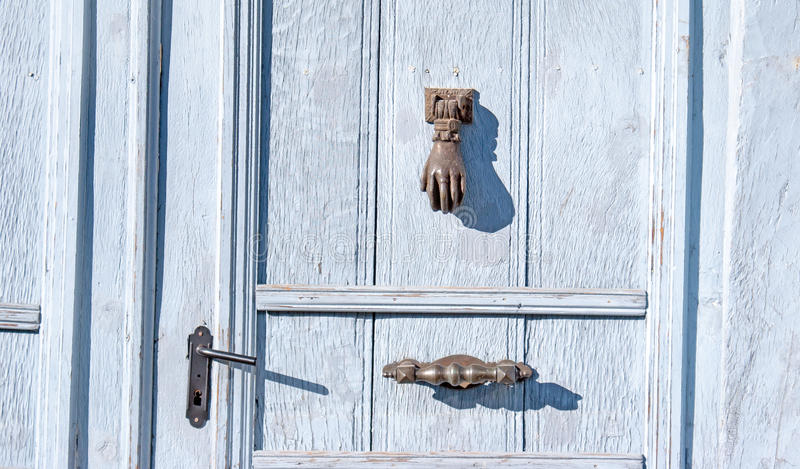 Aldaba en puerta del allwood foto de archivo