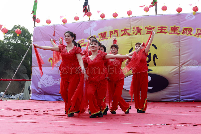 Aldeões que dançam para comemorar a conclusão do palácio taiqing fotografia de stock royalty free