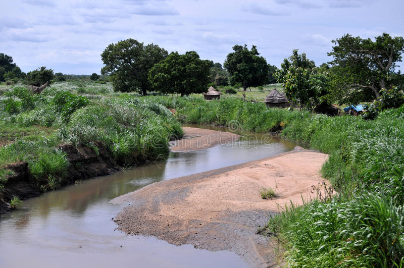 Aldea africana en la orilla imagen de archivo libre de regalías