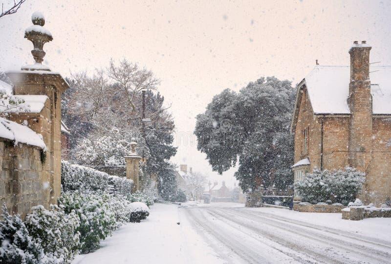 Aldea de Cotswold en nieve foto de archivo