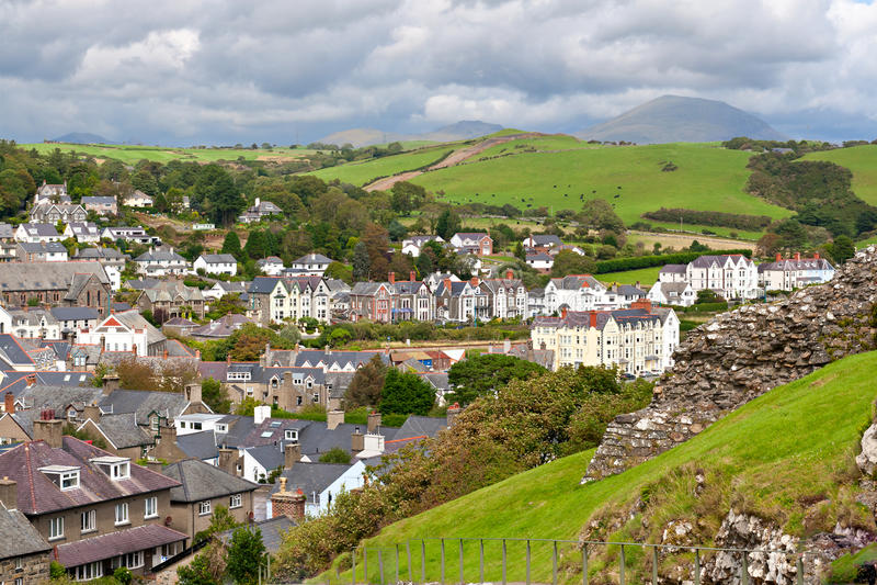 Aldea de Criccieth en País de Gales del norte imagenes de archivo
