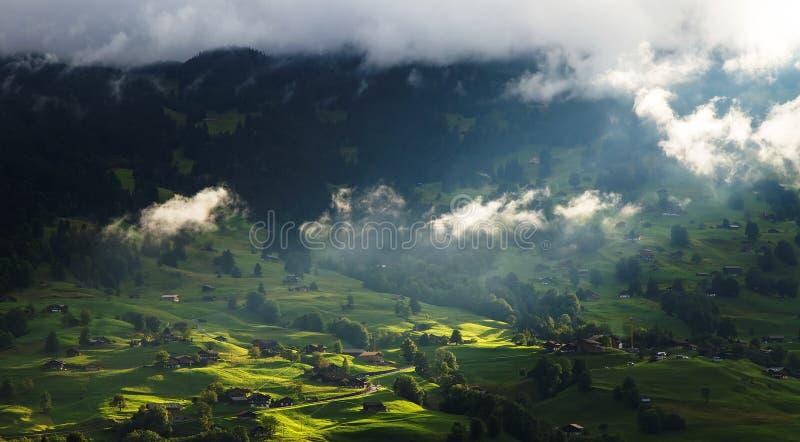 Aldea de Grindelwald en Berner Oberland foto de archivo