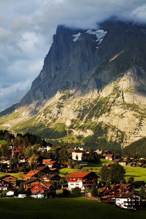 Aldea de Grindelwald en Berner Oberland fotos de archivo