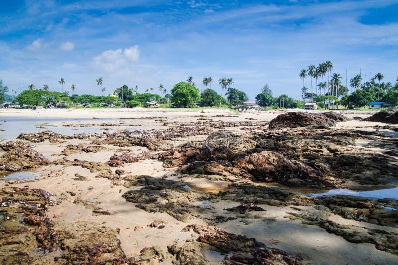 Aldea de los pescadores de la playa de Dungun imagen de archivo libre de regalías