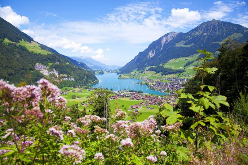 Aldea de Lungern, Suiza imagenes de archivo