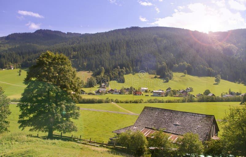 Aldea del valle de la montaña en Austria imagen de archivo libre de regalías
