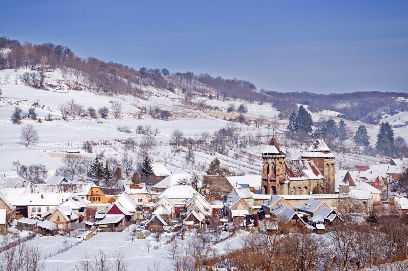 Aldea e iglesia en Transilvania Rumania imagenes de archivo