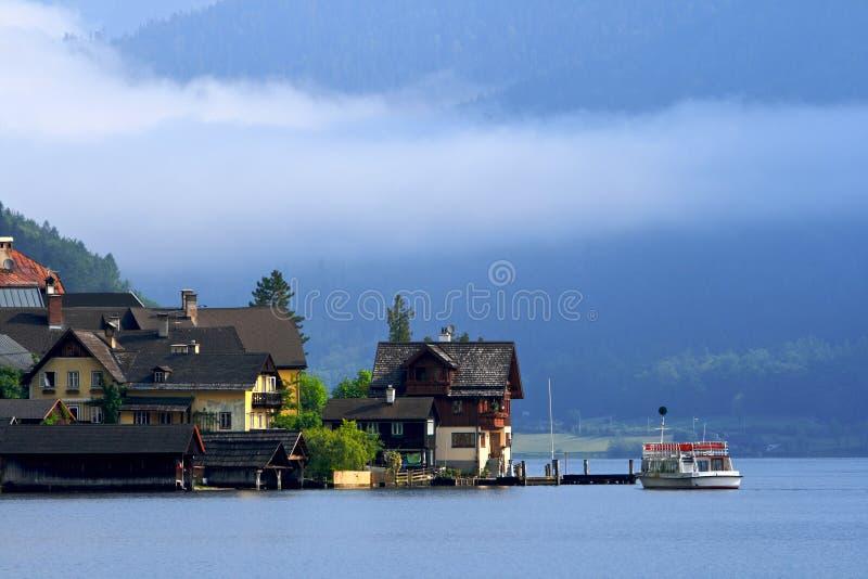 Aldea en el lago, Austria fotos de archivo