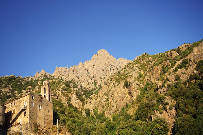 Aldea en la montaña de Córcega foto de archivo libre de regalías