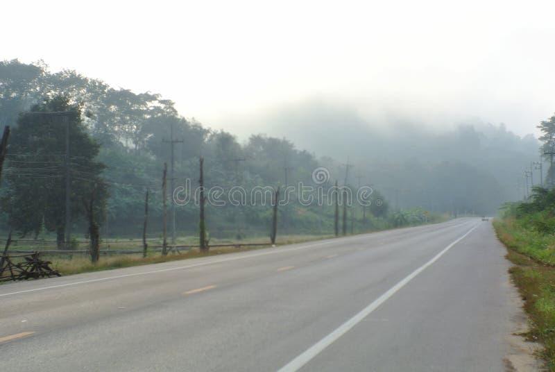 Aldea en la niebla del invierno en E-Tong Village, Kanchanaburi, Tailandia fotografía de archivo