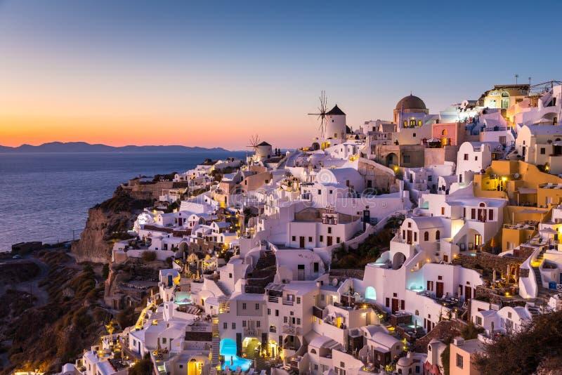 Aldea en la puesta del sol, isla de Santorini, Grecia de Oia imagen de archivo