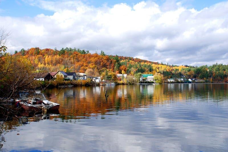 Aldea en otoño foto de archivo