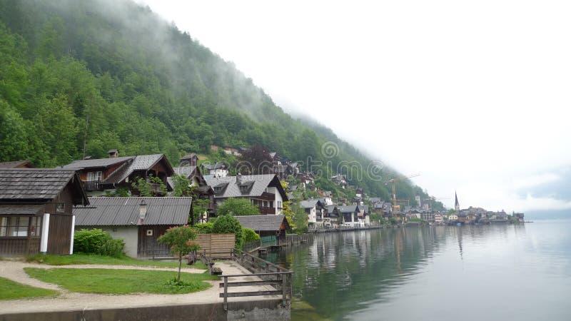 Aldea por el lago fotografía de archivo