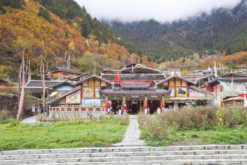 Aldea tibetana en jiuzhaigou fotografía de archivo libre de regalías