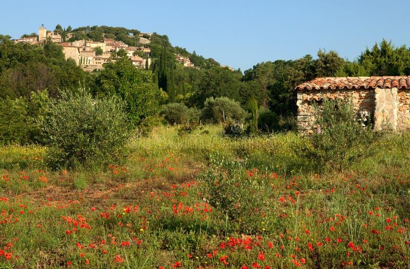 Aldea y amapolas de Provence imagen de archivo