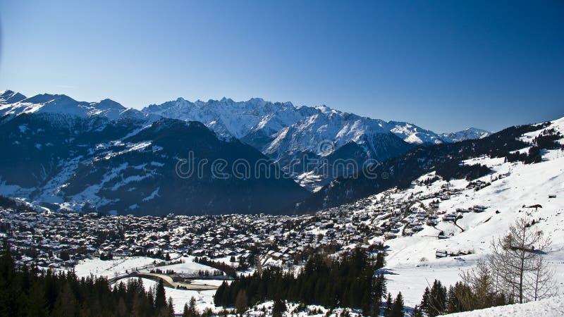 Aldea y cielo anchos de montañas imagenes de archivo