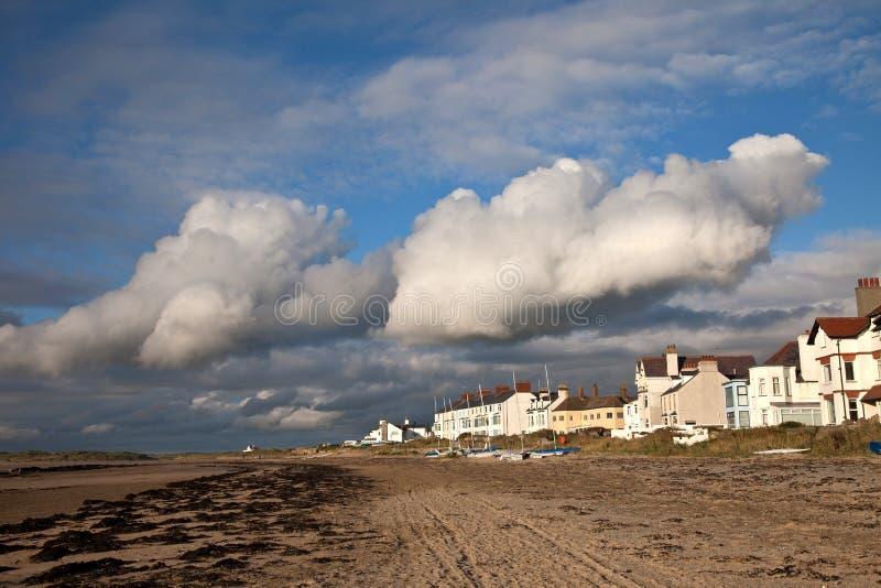 Aldea y playa de Rhosneigr fotografía de archivo