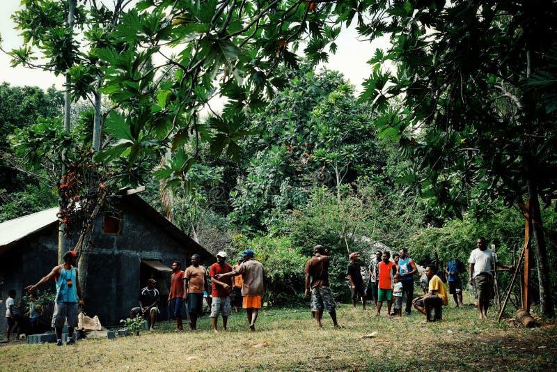 aldeanos locales que se preparan para una celebración de la circuncisión en la plaza principal fotos de archivo
