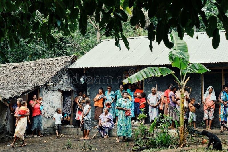 aldeanos locales que se preparan para una celebración de la circuncisión en la plaza principal foto de archivo