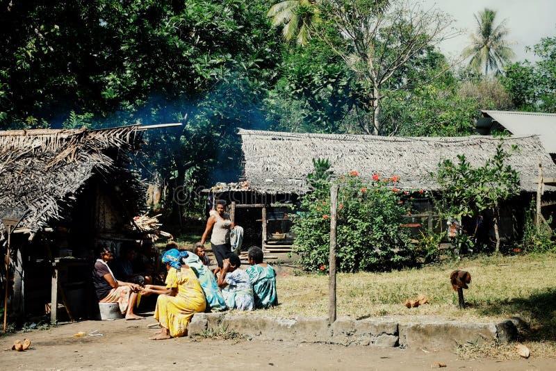 aldeanos locales que se preparan para una celebración de la circuncisión en la plaza principal imágenes de archivo libres de regalías
