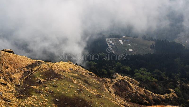 Aldeas indias del Himalaya en medio de la niebla imagen de archivo libre de regalías