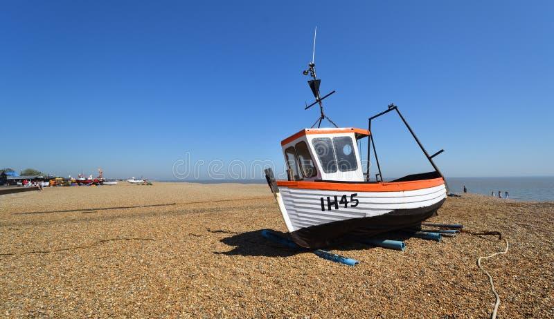 Aldeburghstrand met vissersboot royalty-vrije stock afbeeldingen