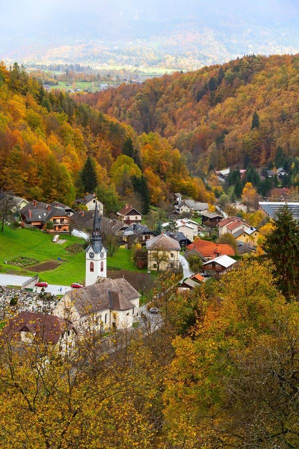 Aldeia da montanha, árvores de floresta do outono, Eslovênia fotos de stock