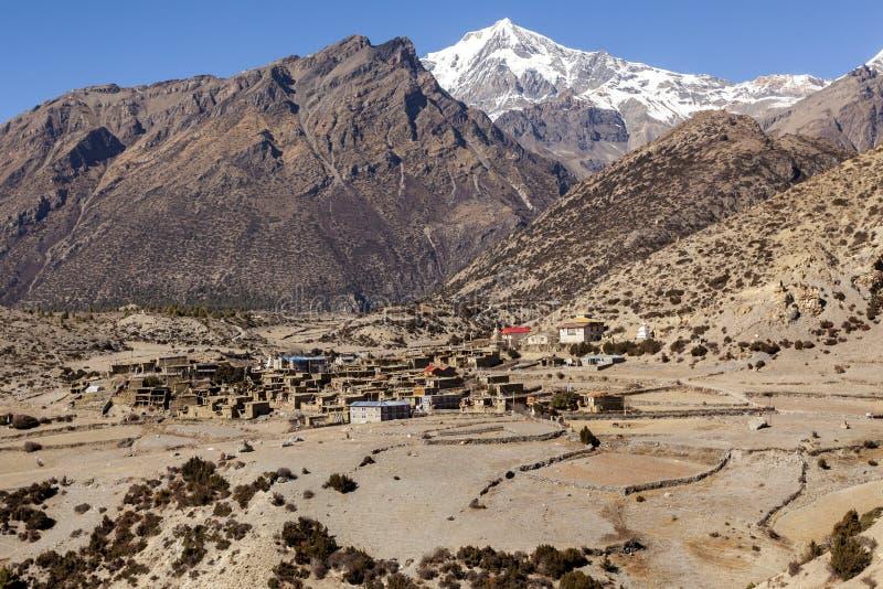 Aldeia da montanha asiática Upper Pisang no outono, Nepal, Himalaya, Annapurna Conservation Area fotos de stock royalty free