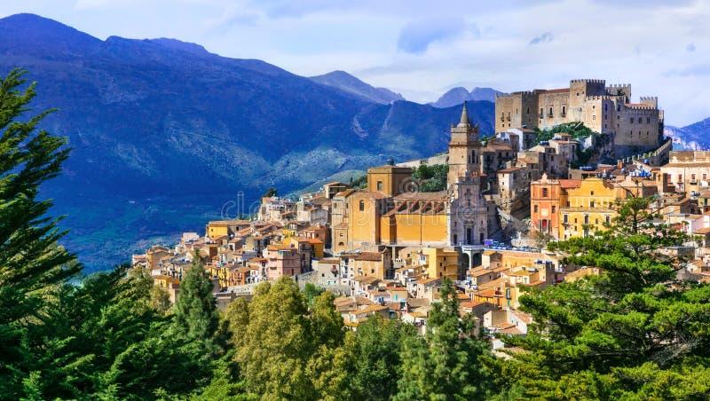 Aldeia da montanha bonita Caccamo em Sicilia, Itália imagens de stock royalty free