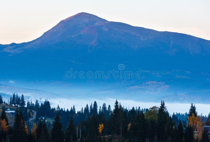 Aldeia da montanha Carpathian do outono enevoado do amanhecer, Ucrânia imagens de stock royalty free