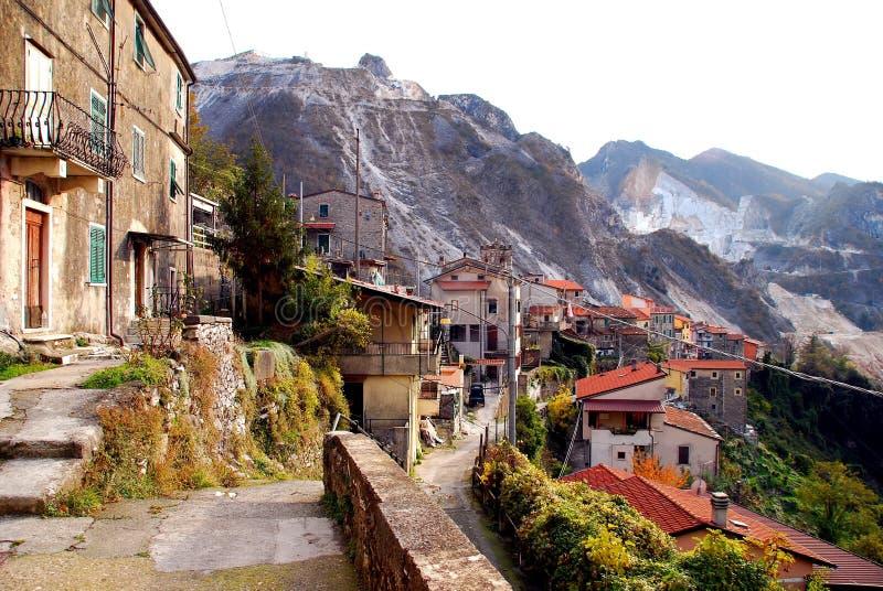 Aldeia da montanha italiana fotos de stock