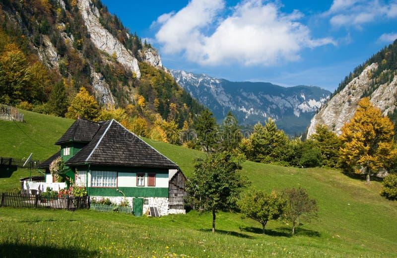 Aldeia da montanha no outono imagem de stock royalty free