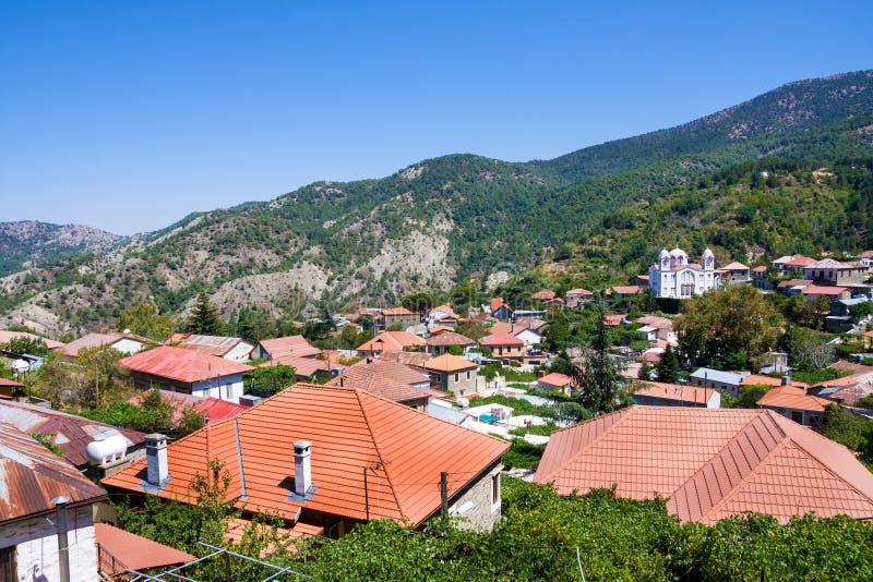 Aldeia da montanha Pedoulas, Chipre Vista sobre telhados das casas, das montanhas e da igreja grande da cruz santamente A vila é  imagens de stock